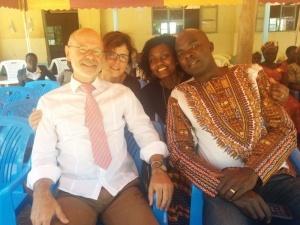 Alois und Susanne Stimpfle, Janet Mackenzie und Nashon Omondi beim Schulfest in Uhola, Kenia, 2016