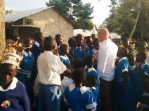 Erster Besuch an der Uhola Primary School im Oktober 2016. Alois Stimpfle spricht und singt mit den SchülerInnen