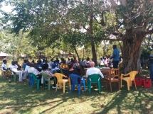 Treffen der Dorfbewohner, um Projekte rund um das Mikro-Financing zu diskutieren