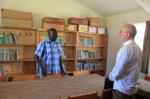 Alois Stimpfle und Charles Opondo (deputy headteacher) im Lehrerzimmer