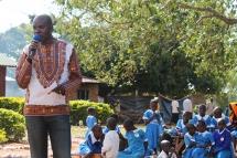 Nashon Omondi bei einer Rede an der Uhola Primary School