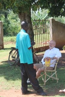 Alois Stimpfle im Gespräch mit einem Bewohner des Dorfes