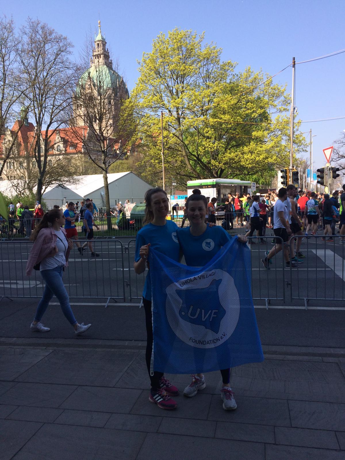 Ein Marathon für Uhola_Karo und Theresa vor dem Rathaus