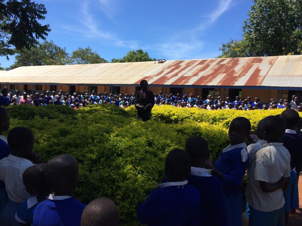 Die neue Schulleiterin spricht zu den Schüler_innen