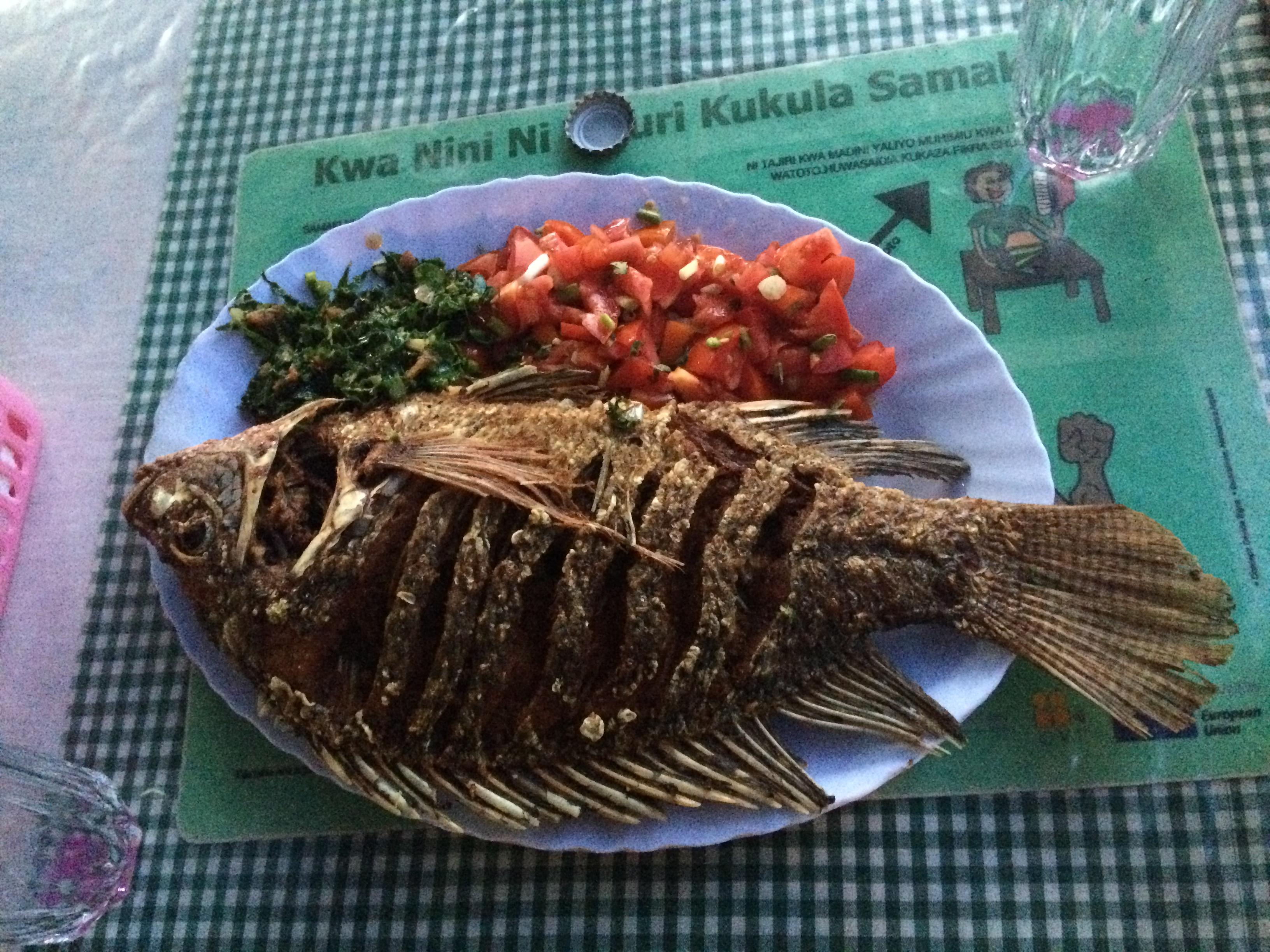 Fisch aus dem Viktoriasee mit Sukuma Wiki und Kachumbari