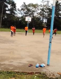 Basketballmannschaft_neue Trikots (1)